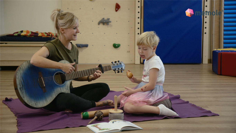 Logopädie trifft Musiktherapie. Ein Griff in die Schatzkiste. Foto: memole Akademie