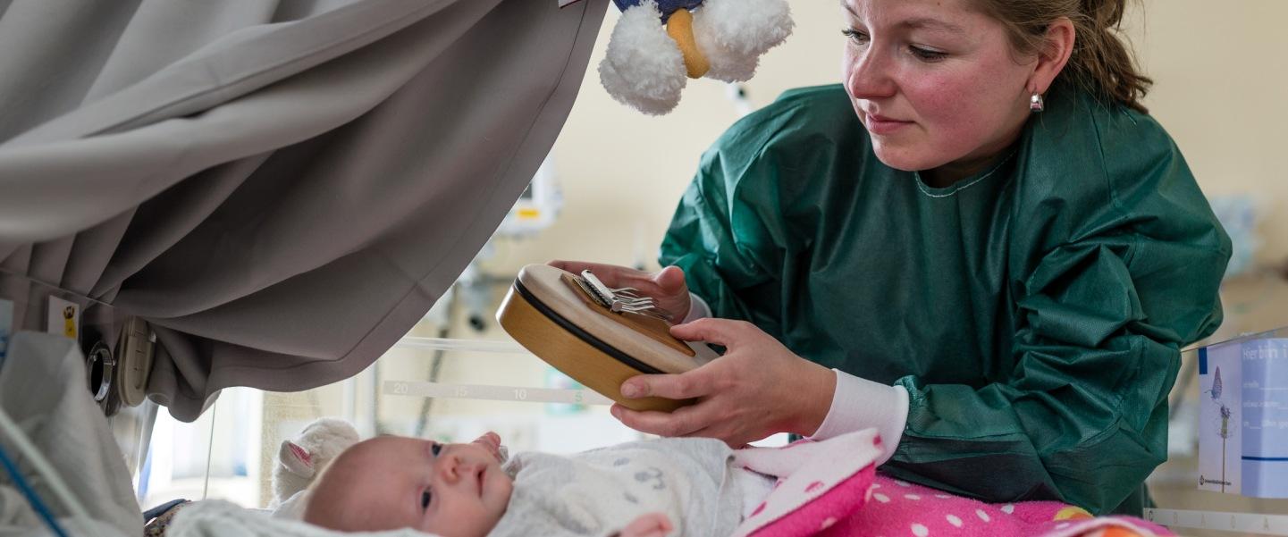 Musiktherapie in der Neonatologie. Von Dr. Susann Kobus. Foto: Stiftung Universitätsmedizin Essen/ Foto: Jürgen Heger